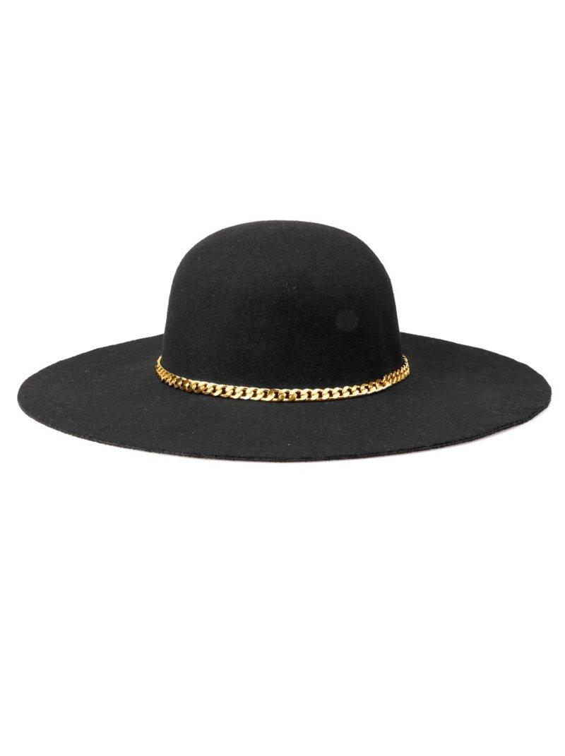 Pamela de fieltro de color negro con cadena dorada