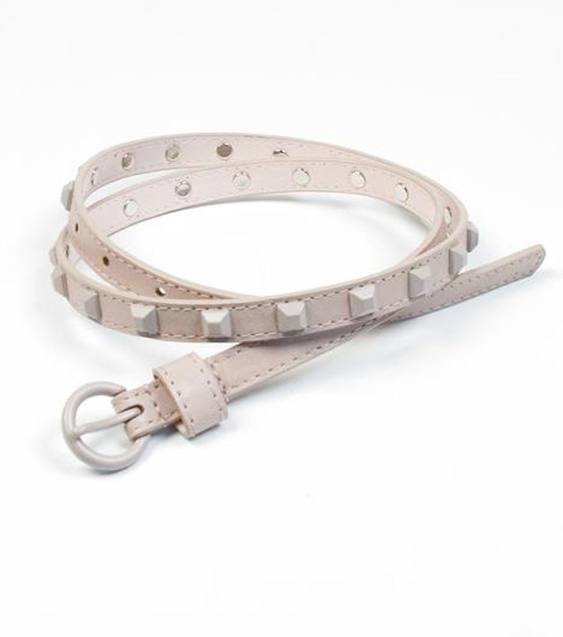 Cinturón fino con tachuelas rosadas