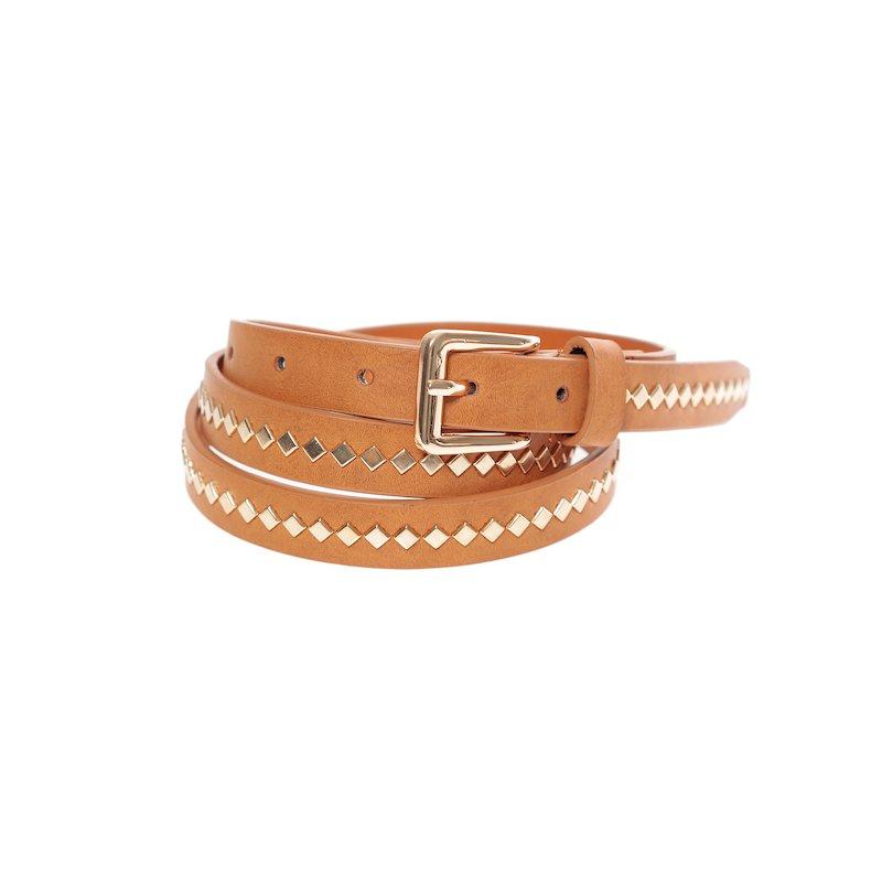 Cinturón símil piel con tachuelas doradas