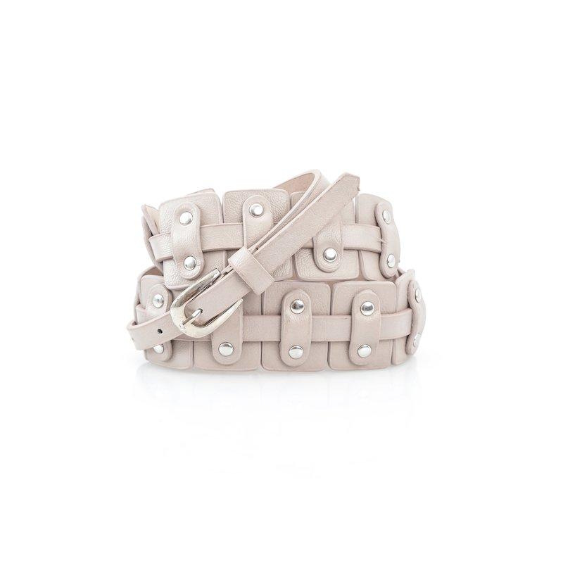 Cinturón de mujer con piezas y remaches metálicos