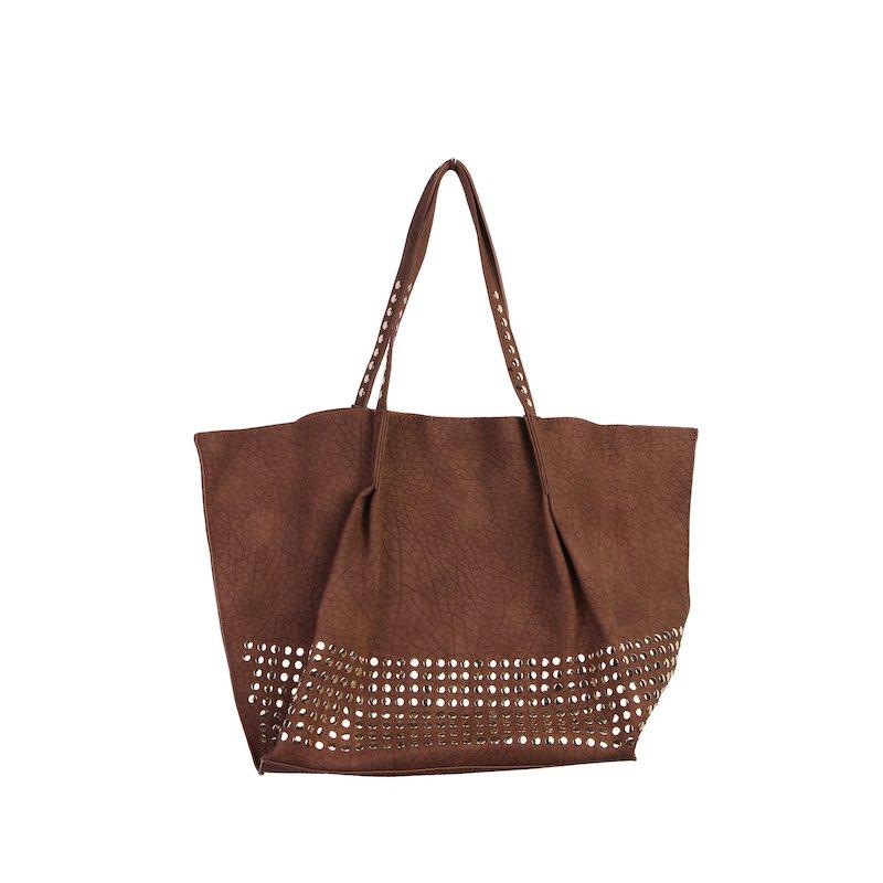 Bolso marrón con tachuelas doradas en símil piel