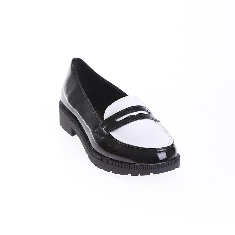 Zapatos mocasines acharolados diseño bicolor
