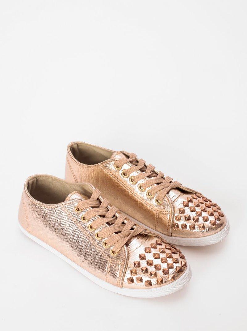 Zapatillas deportivas con tachuelas metálicas