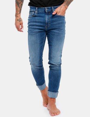 Jeans Calvin Klein con monogramma ricamato