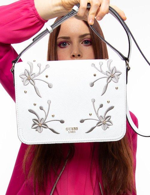 Borsa Guess a tracolla con borchie e fiori - White