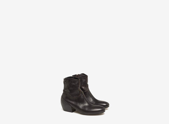 Ankle boots with internal zip