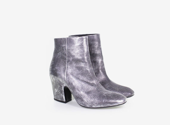 Laminated low ankle boot with internal zip