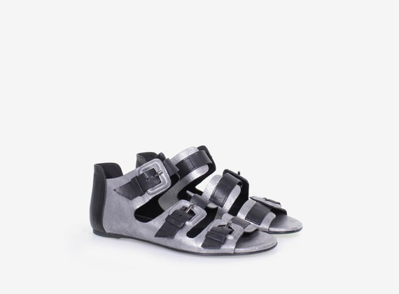 Sandalen aus kaschiertem Leder mit Schnallen