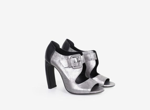 Offene Schuhe mit zweifarbiger, kaschierter Schnalle