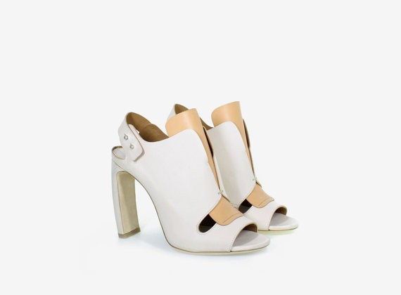 Open shoe with strap