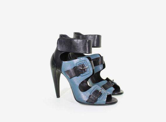 Sandalen mit Schnallen, breitem Riemen und einem Absatz mit Perlmutt-Effekt