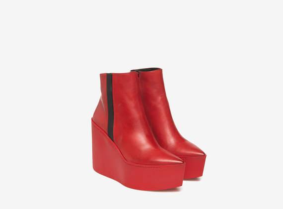 Rote Boots auf Maxi-Gummikeil