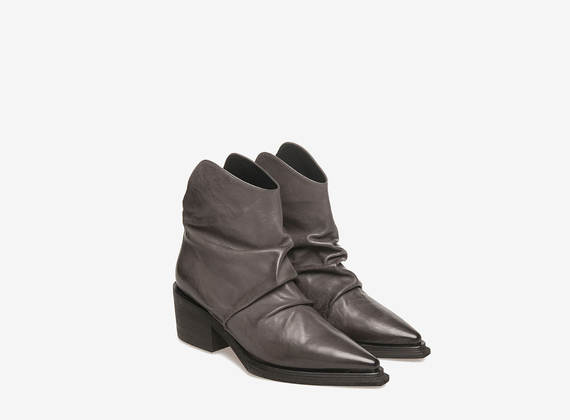 Bottines texanes en cuir gris plissé