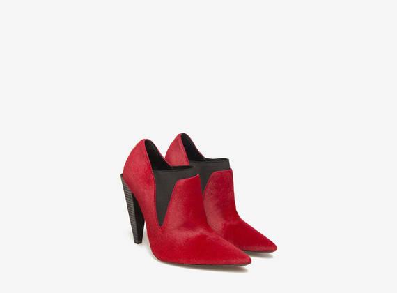 Pantofola in cavallino rosso su tacco piramide