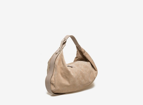 Crescent-shaped bag in flesh split