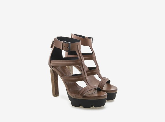 Sandalo tacco alto con carrarmato