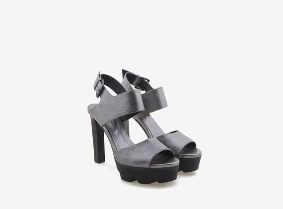 Sandalo laminato con tacco alto e carrarmato