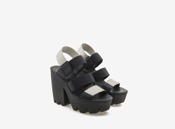 Sandale mit Carrarmato-Sohle und beschichtetem Gummiriemen