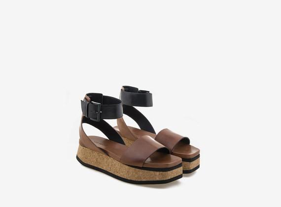 Flatform-Sandale aus Kork und zweifarbigem Leder
