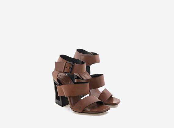 Sandalo color cuoio con tacco alto forato a contrasto