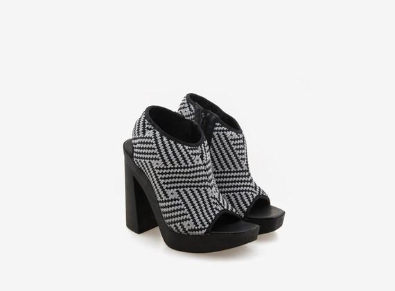 Sandales à bouts ouverts avec tressage en caoutchouc bicolore