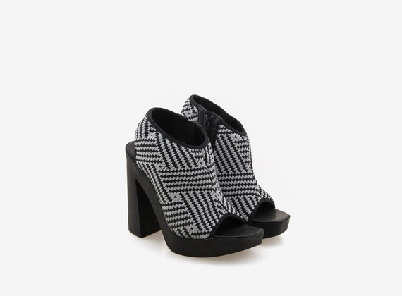Peeptoe sandal with weave in two-tone rubber