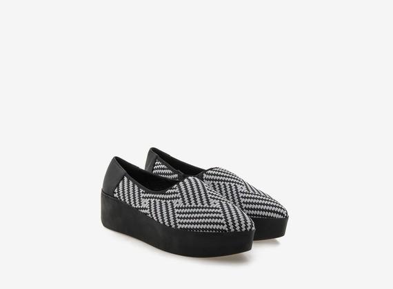 Flatform-Slipper mit zweifarbigen geflochtenen Gummibändchen