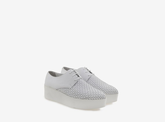 White shoe with elastic weave on flatform