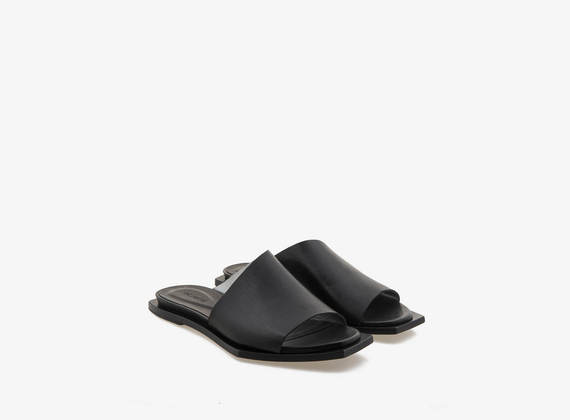 Asymmetrical slipper with laminated interior