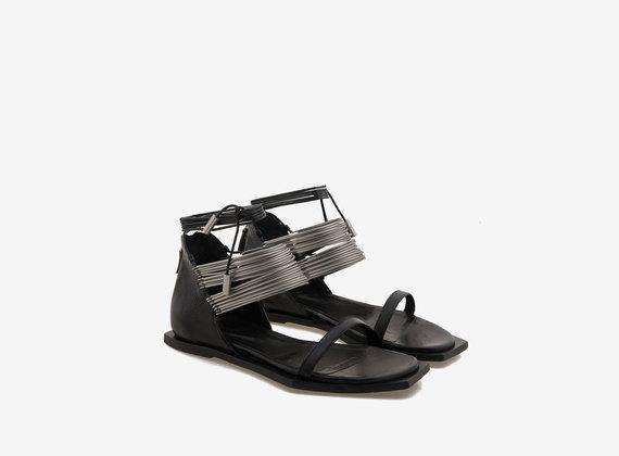Sandale mit Metallringen und geometrischer Sohle - Schwarz