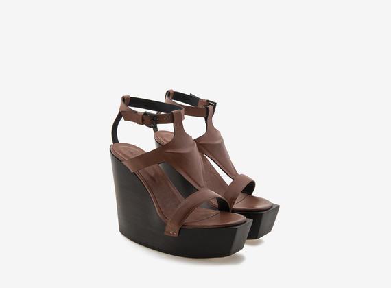 Chaussures à talon compensé en bois avec reliefs discrets et sangle