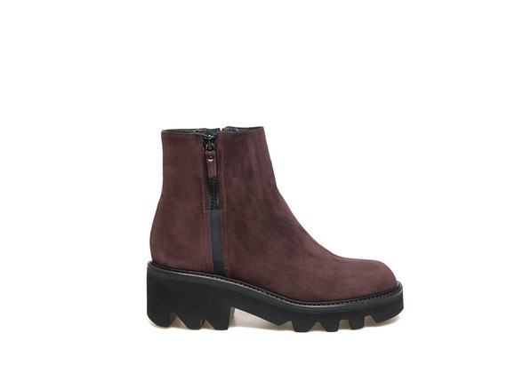 Ankle boot in burgundy suede with rubber sole