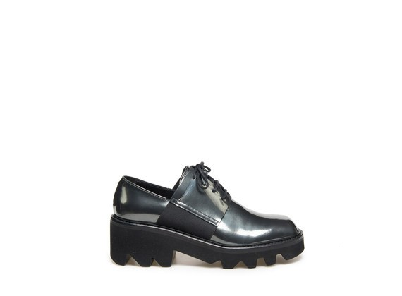 Laminated derby shoe with elastic bands on rubber lug sole