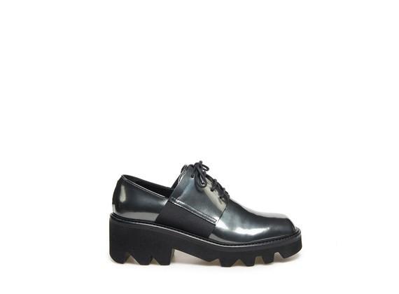 Laminierter Derby-Schuh mit elastischen Fesselriemen und grober Gummisohle