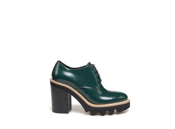 Derby-Schuhe in marmoriertem Grün mit grober Sohle und Absatz