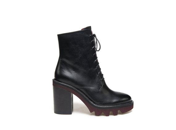 Schwarze Stiefel mit kontrastierender Profilsohle und Absatz
