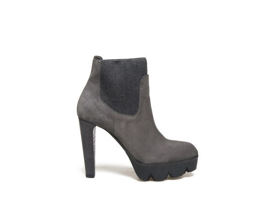 Beatle boots in grey suede with a lug platform