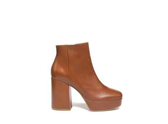 Ankle boots in cognac leather with platform
