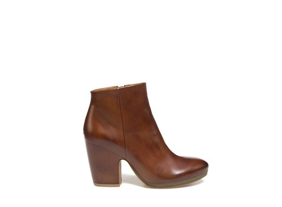 Ankle boot in cognac coloured leather with shell-shaped heel and crepe sole