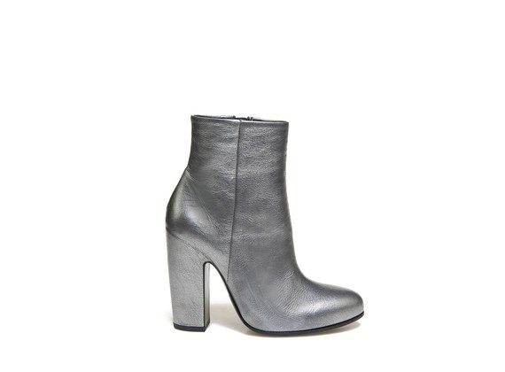 Metallic calf leather ankle boot with shell-shaped heel