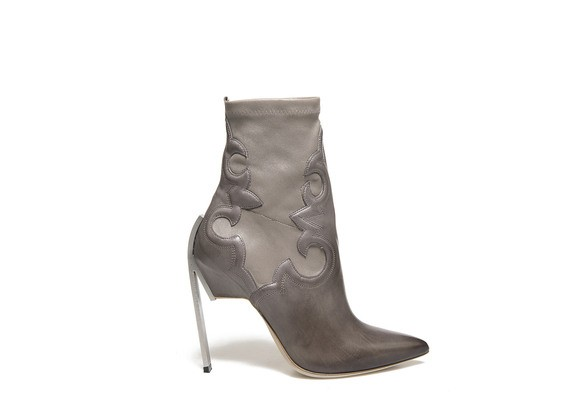 Taubengraue Stretch-Stiefelette mit texanischer Stickerei und Stahlabsatz