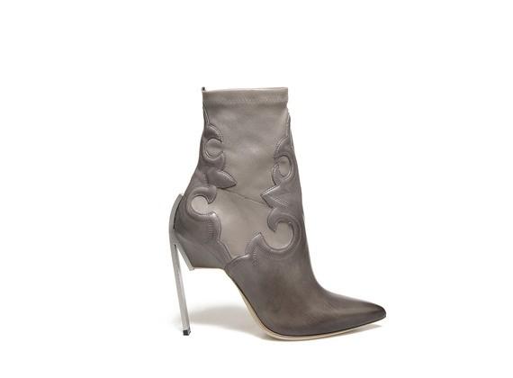 Taubengraue Stretch-Stiefelette mit texanischer Stickerei und Stahlabsatz - Grau / Schlamm