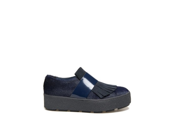 Moccasin with blue pony skin effect and crepe sole