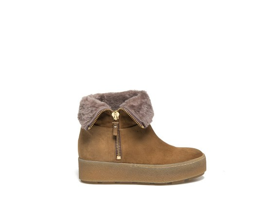 Ankle boot with sheepskin lapel and crepe sole