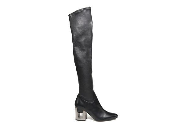 Stretch-Stiefel mit Schlaufenriemen und perforiertem Absatz
