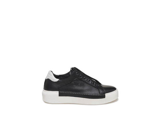 Sneaker with central zip