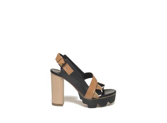 Sandale mit Holzabsatz und Band mit mehrfarbigem Ponyfellimitat - Schwarz / Lederbraun