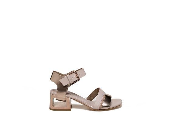 Sandalo color cipria con tacco forato