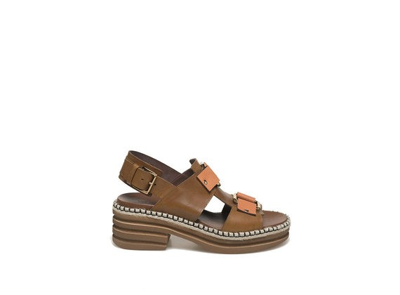 Cognac-coloured sandal with rings and rubber base