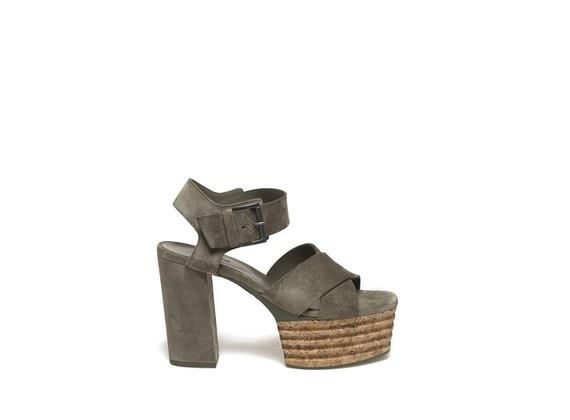 Sandalette aus militärgrünem Veloursleder mit Plateausohle aus Kork